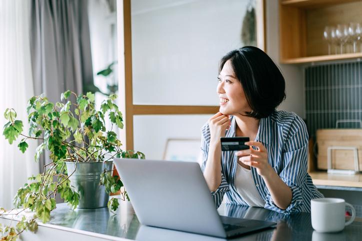 パソコンで通販する女性